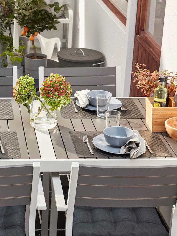 Накрытый к ужину стол MÖCKELBY со столовой посудой и текстилем, в том числе тарелки УППЛАГА и бокалы для вина СЭЛЛЬСКАПЛИГ.