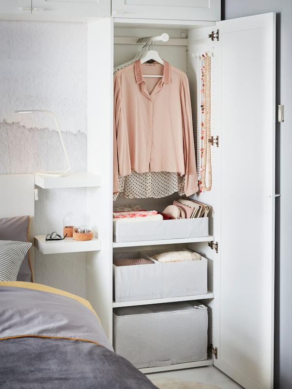 Clóset de color blanco, alto y con 3 compartimientos o cajones para organizar tu ropa. Pertenece al modelo y familia PLATSA de IKEA, que contiene un espacio arriba para colgar blusas, pantalones, chaquetas y más.