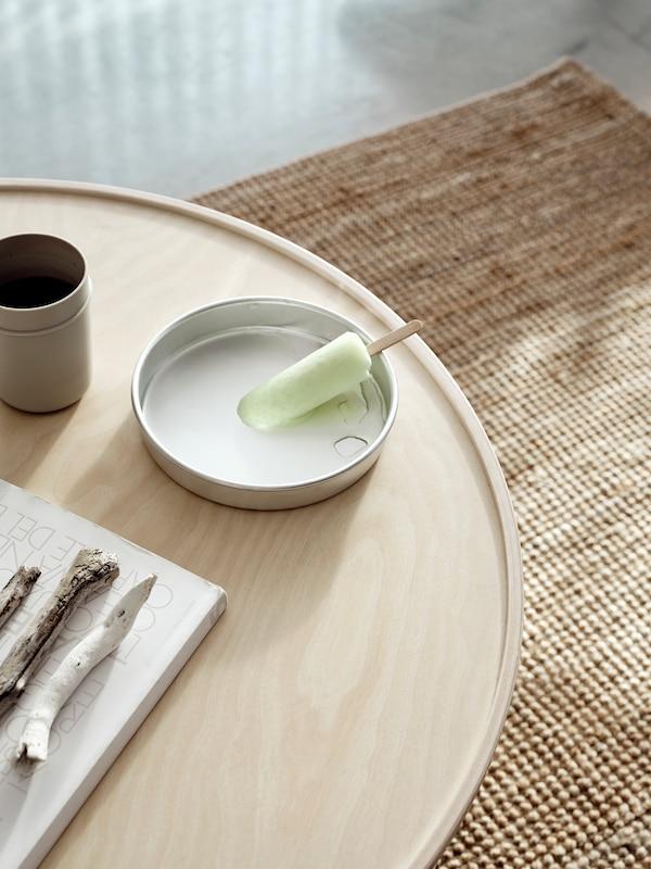 Jäätikku sulaa BORGEBY-kahvipöydällä olevassa astiassa, jossa koivuviilupinta ja reunustettu huuli ovat fokuksessa.