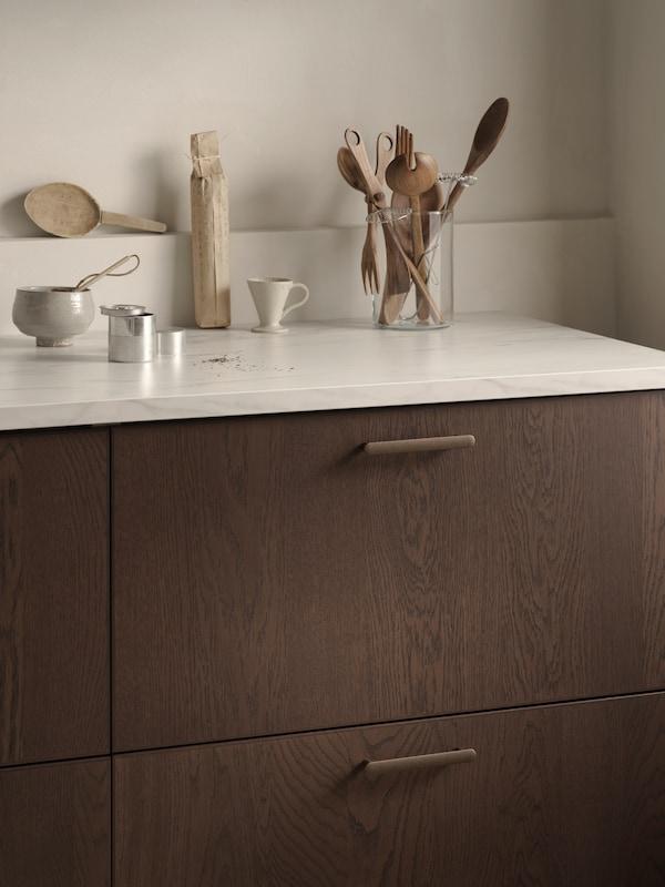 Prim plan al fronturilor sertarelor SINARP, cu textură bogată de stejar și margini precise în focalizare.