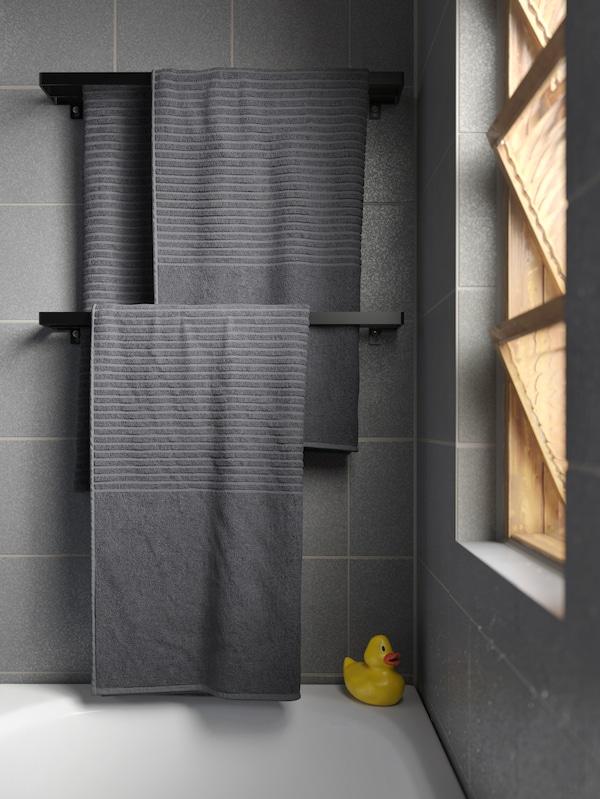 Folded VÅGSJÖN dark grey bath towels