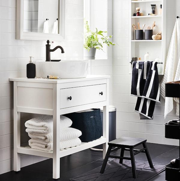 Відкрита HEMNES ХЕМНЕС шафа під раковину з круглою раковиною у ванній з білою плиткою, навісна полиця, дзеркало й табурет.