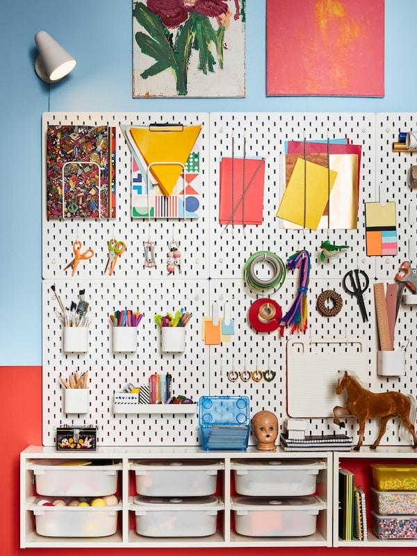 Kreatív hely a gyerekeknek, sok tárolóhellyel, polcokkal és dobozokkal.