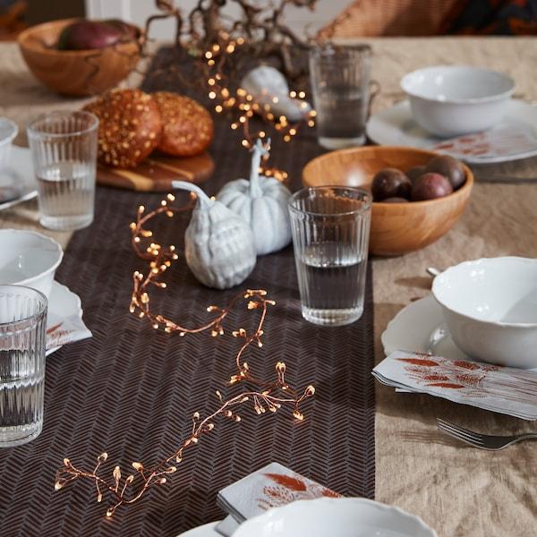 En närbild på ett dukat matbord med flera höstdekorationer från HÖSTKVÄLL kollektionen.
