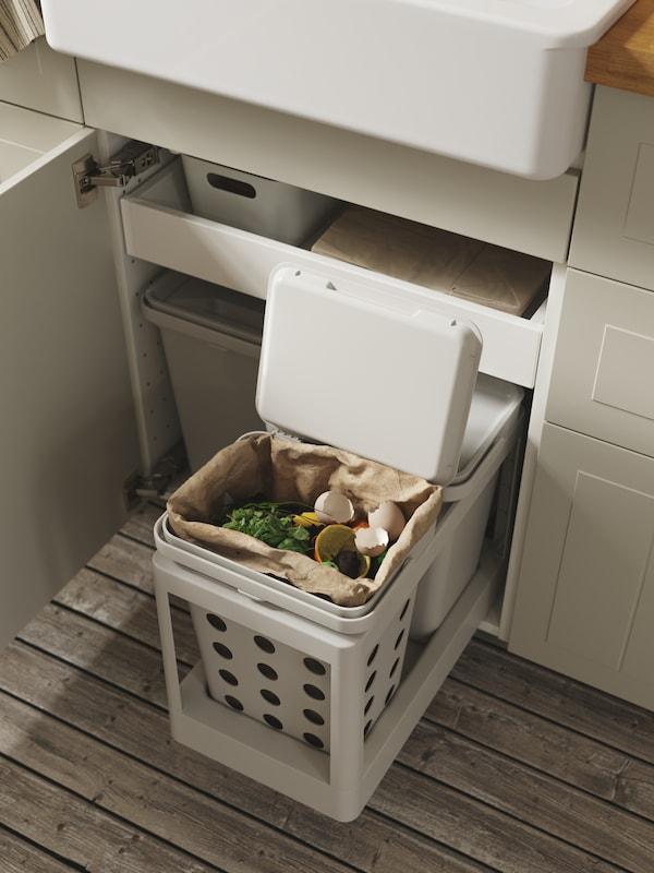 HÅLLBAR affaldssorteringsspande med udtræk i et køkkenskab