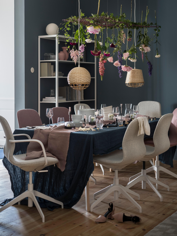 Table dressée pour un repas festif, entourée de chaises de conférence LÅNGFJÄLL, dont une avec des accoudoirs Gunnared beige/blanc.