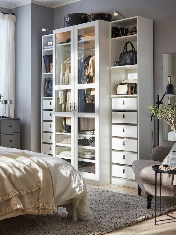 Åben hvid garderobe løsning med skuffer og vitrinelåger