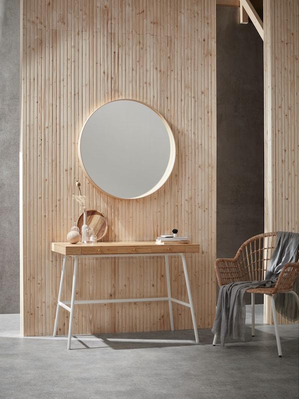 scandinavisch wonen modern bureau met spiegel en stoel