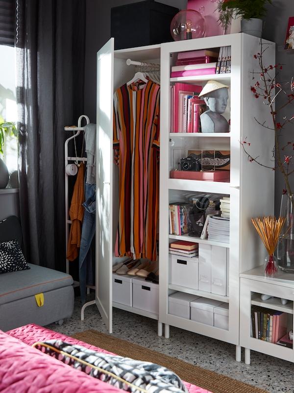 Combinazione audio/video PLATSA bianca di IKEA, composta da elementi con ante, vetrine e un mobile TV - IKEA