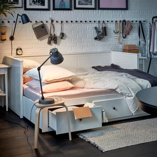 Hyggelig sofa lavet om til seng, med smarte skuffer under sengen.