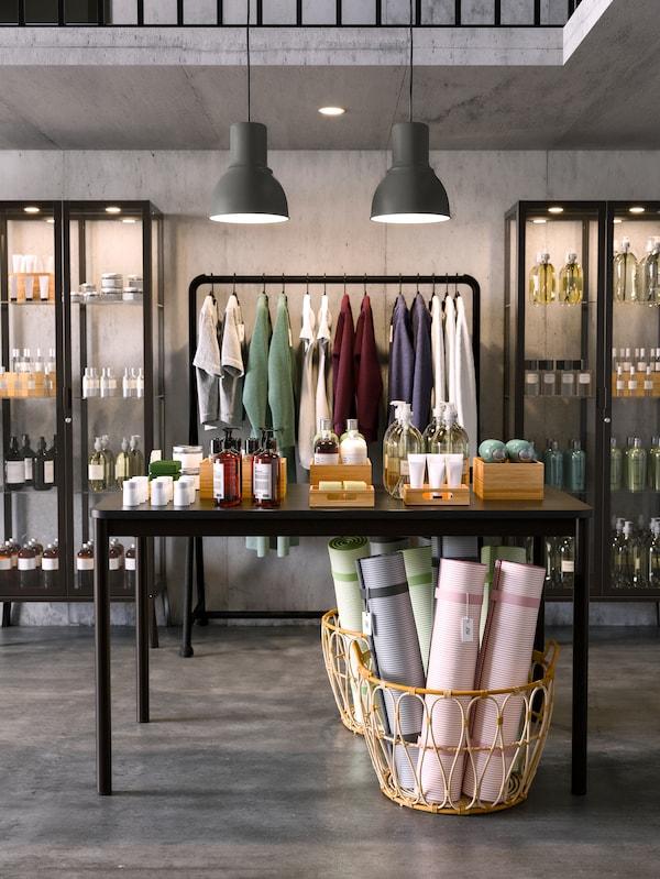 Winkel met een mand, tafel, hanglamp, kast en kledingrek