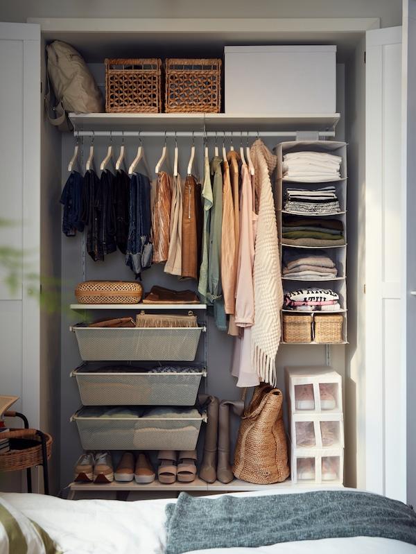 Хранение сезонной одежды в кладовке, настенные полки