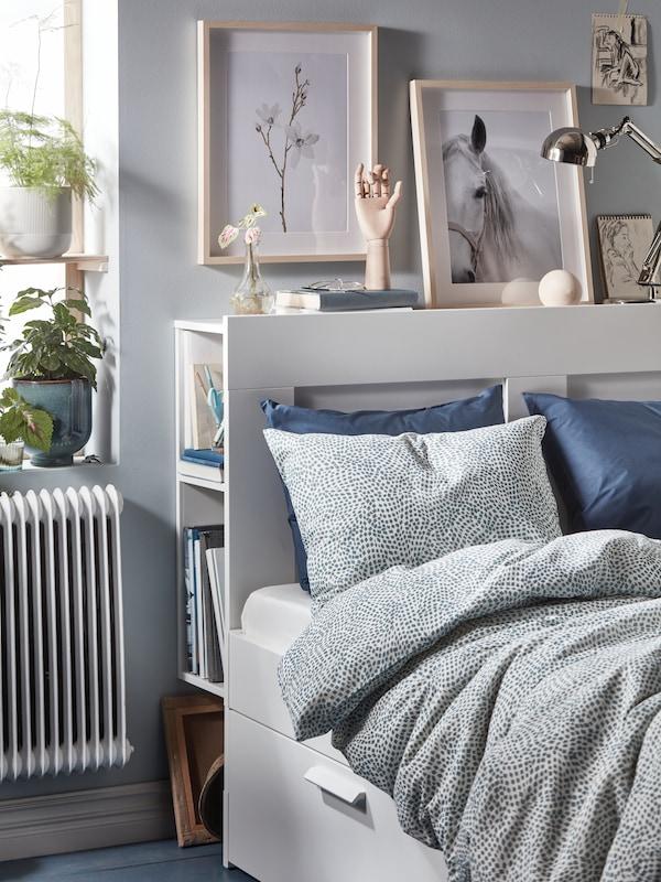 Weißes Bett mit gepunkteter Bettwäsche