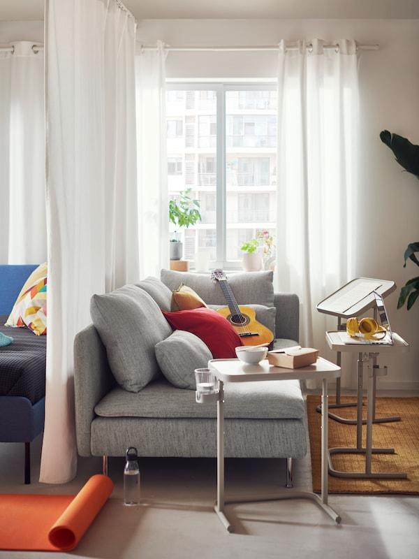 Pokój dzienny z szarą sofą