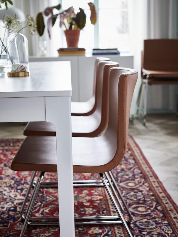 Ett vardagsrum med ett EKEDALEN matbord och tre stolar.