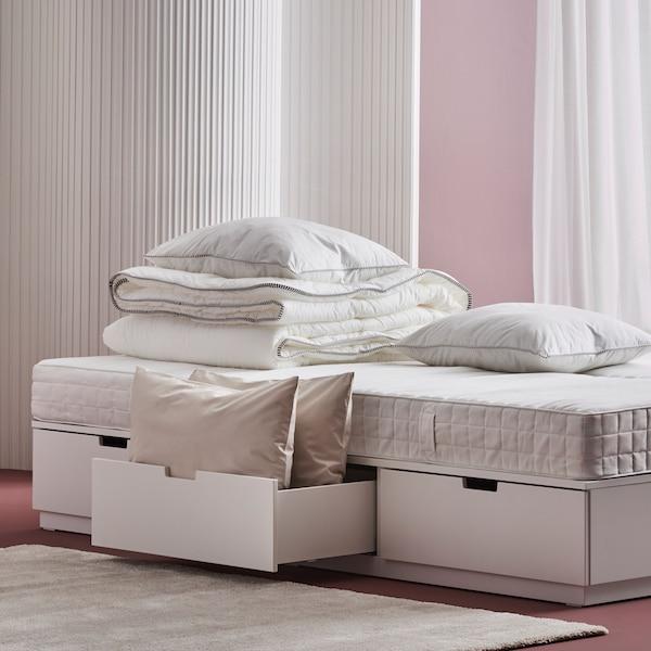 Matratzen, Kissen und Decken auf einem NORDLI Bett.