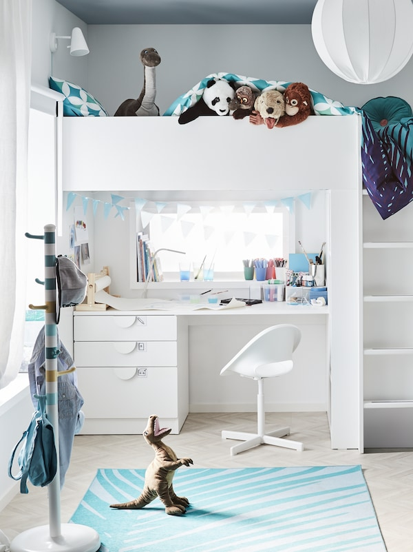 A KROKIG clothes stand and a LOBERGET/SIBBEN children's desk chair stand near a SMÅSTAD loft bed with desk in a kid's room.