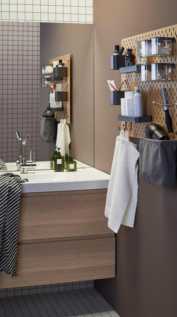 حمام مع وحدة حوض غسل بيضاء شديدة اللمعانودرجانوسطحرماديمع مغسلتين باللون الأبيض ومرآة.