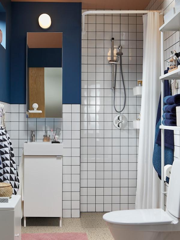 화이트 세면기 수납장+도어1, 거울 수납장, 화이트 오픈 수납 선반유닛이 있는 블루/화이트 톤의 욕실.