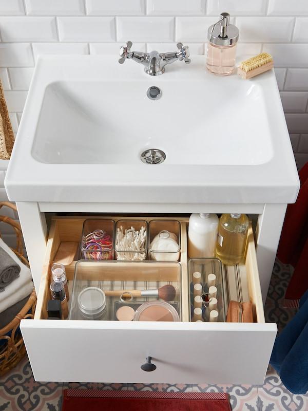 Белый зеркальный шкаф ХЕМНЭС с двумя дверцами, белый шкаф под раковину с двумя выдвижными ящиками и высокий шкаф со стеклянной дверцей.