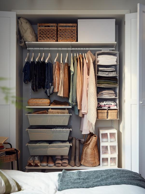 Un coin bien organisé qui sert à ranger des vêtements dans une armoire-penderie BOAXEL.