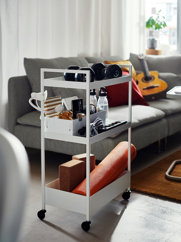 Biały wózek z przedmiotami w pokoju dziennym