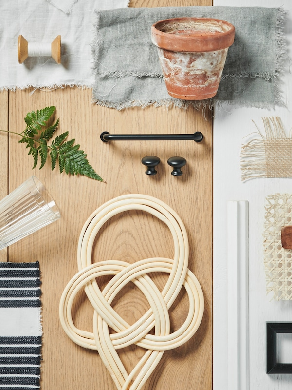 Moodboard de design interior compus din diferite obiecte și textile care coordonează materiale, culori și modele.