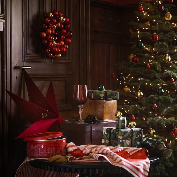 Bodegón de Navidad en motivos rojos; árbol, regalos y productos VINTERSAGA