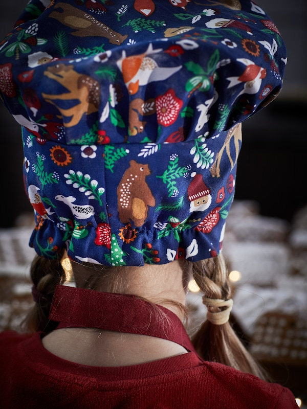 The elastic rear side of an animal-patterned VINTER 2021 children's hat, adorning a young girl's head.