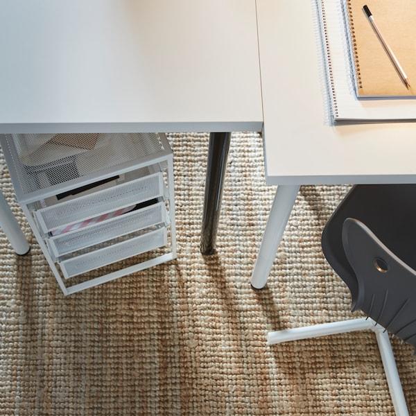 Due scrivanie bianche con carrello in metallo con cassetti bianco