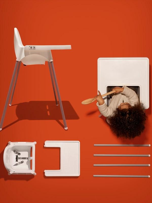 Malé dítě sedí ve vysoké židli ANTILOP s podnosem, vedle je stejná vysoká židle zobrazená ze strany a další rozložená na části.