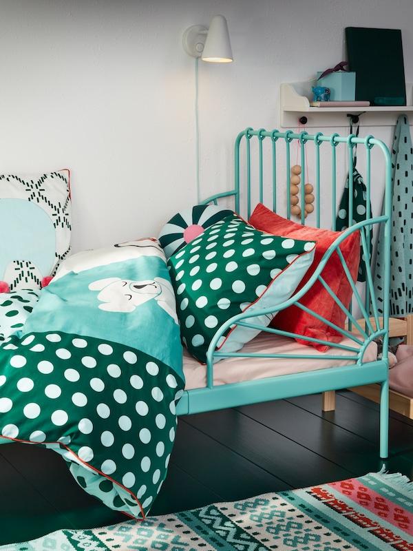 Cadru de pat extensibil turcoaz și lenjerie de pat KÄPPHÄST cu imprimeuri tip petice/jucării turcoaz, albastru și alb.