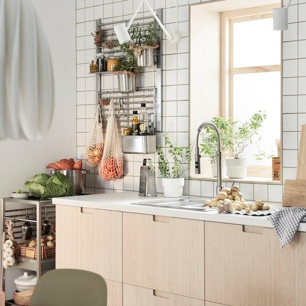 Una cocina METOD con frentes de cajón FRÖJERED bambú claro