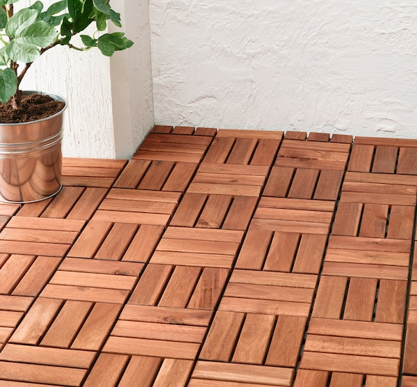A close up image of the brown stained RUNNEN decking set up outdoors.