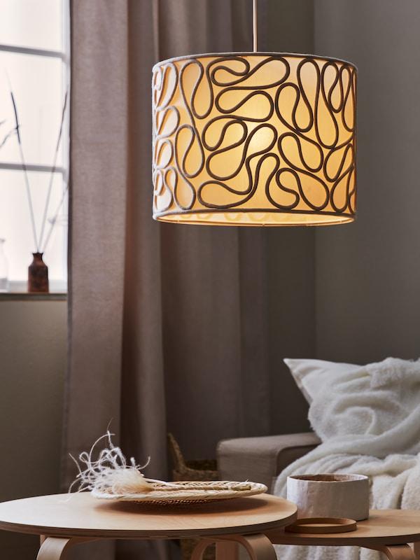 Twee zwarte BRUNSTA / HEMMA hanglampen met een led-lamp erin.