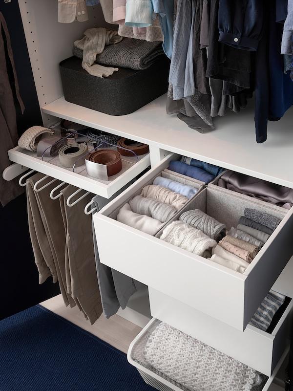 Armadio aperto con accessori interni KOMPLEMENT e cinture e calzini al loro interno