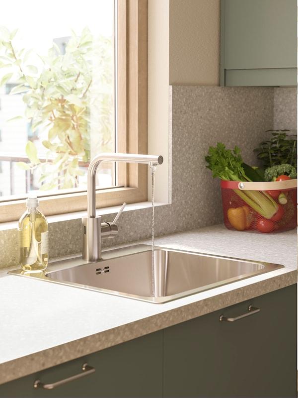 TÄMNAREN blandingsbatteri med sensor i et køkken med grønne fronter