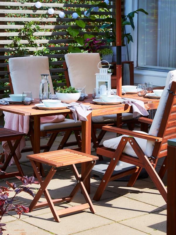 طاولةطعامبأجنحةقابلةللطيلتناولالوجبات، و4 كراسيبظهر متحرك ومقعدان قابلان للطي من خشب السنط.