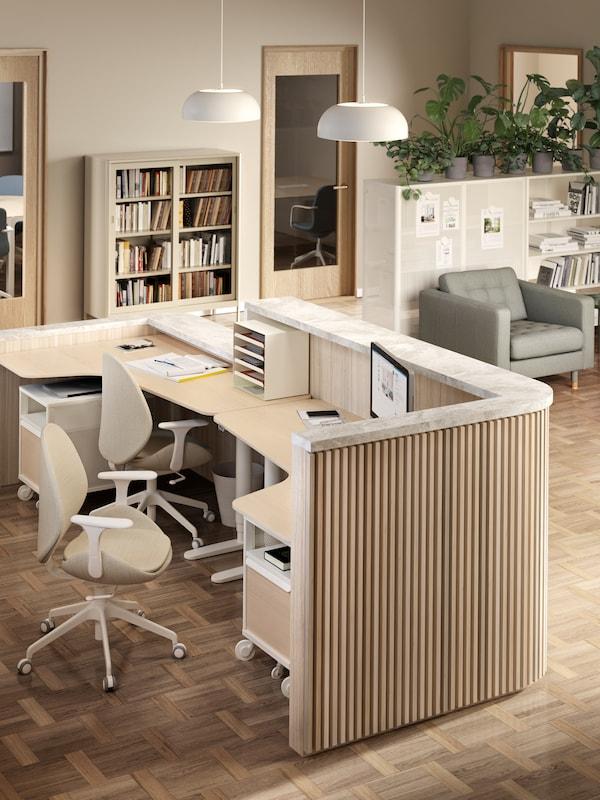 Banco reception creato con due scrivanie BEKANT e completato con due sedie HATTEFJÄLL e due elementi contenitori con rotelle BEKANT.