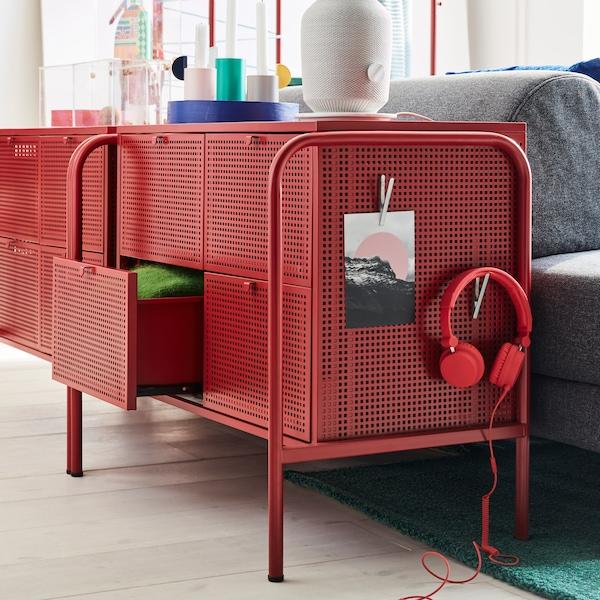 Dos cómodas NIKKEBY, con un par de auriculares y un dibujo colgados de un lateral, se encuentran al lado de un sofá FLOTTEBO.