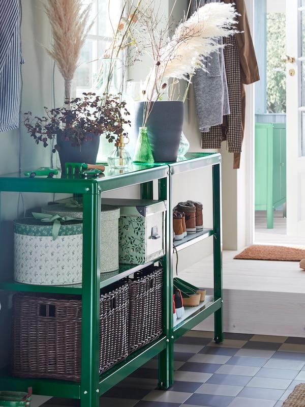 Estantes KOLBJÖRN a carón dunha ventá con caixas de almacenaxe FJÄLLA, cestas GABBIG e zapatos, con plantas enriba.