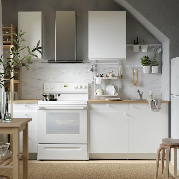 Une petite cuisine KNOXHULT blanche contenant des accessoires d'organisation SUNNERSTA