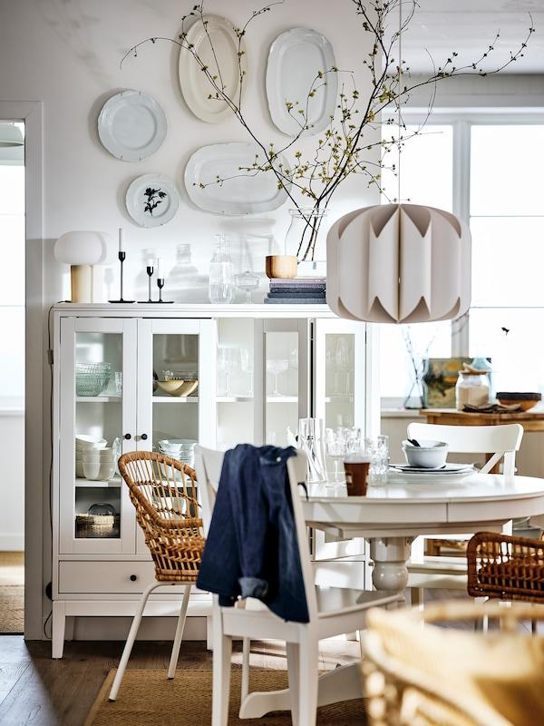 Ruokailutilassa valkoinen INGATORP-ruokapöytä