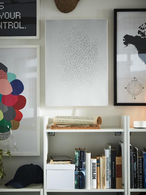 Sort SYMFONISK billedramme med WIFI-højttaler hænger på en væg