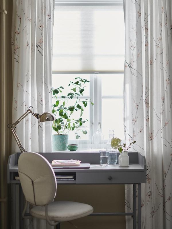 Письменный стол АЛЕКС и рабочий стул у окна