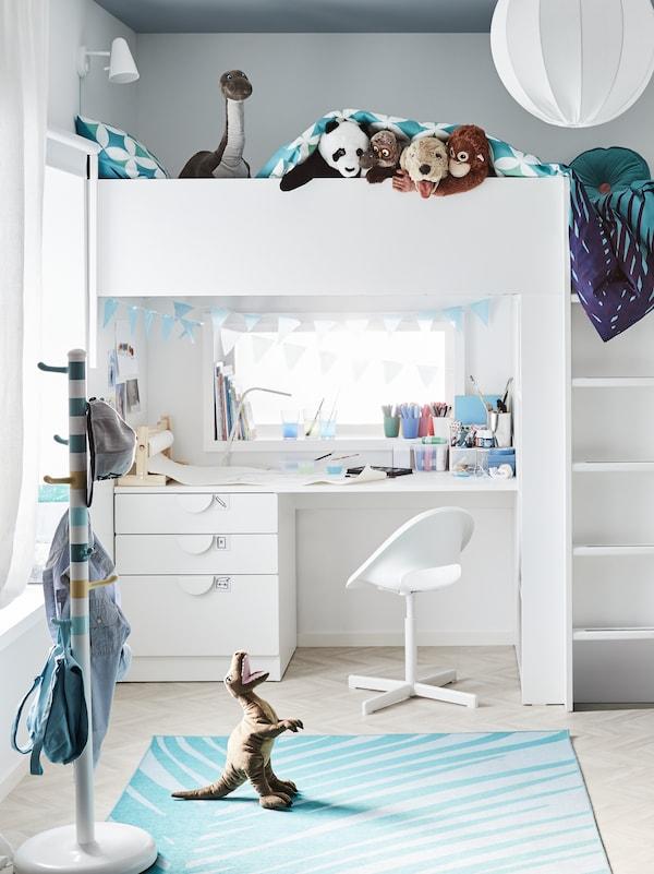 KROKIG stumtjener og en LOBERGET/SIBBEN barnestol ved ei SMÅSTAD loftseng med skrivebord på et barnerom.