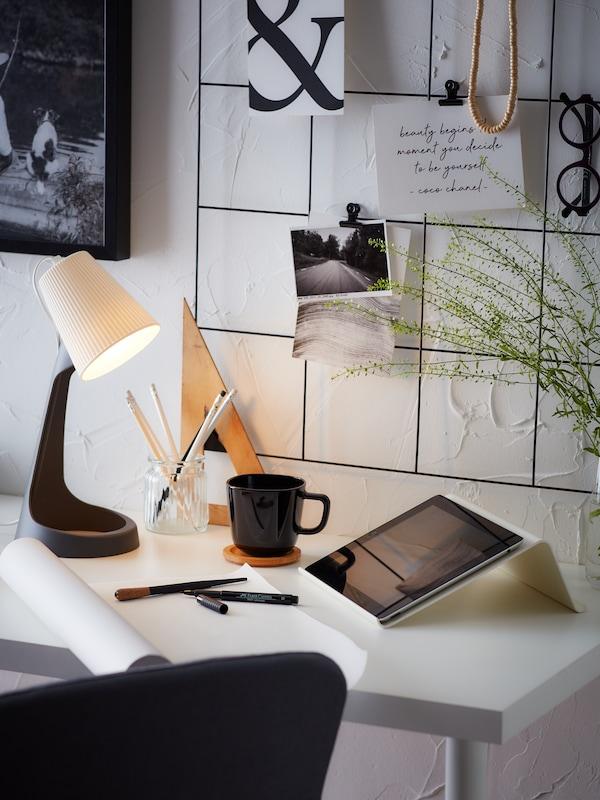Hemmakontor med vitt skrivbord och laptopställ.
