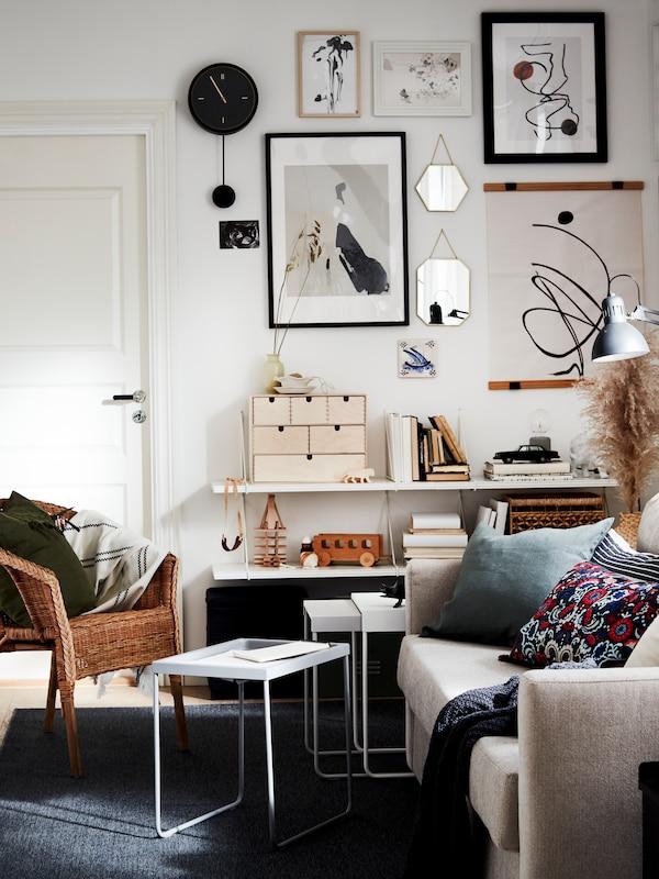 Verschiedene Bilderrahmen von IKEA an einer Wand