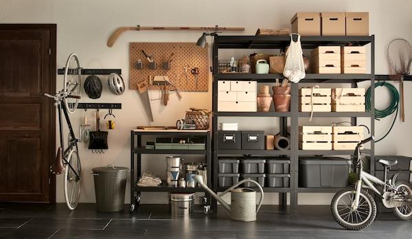 Smarte oppbevaringsmøbler gir en ryddig bod og oversikt i garasjen.