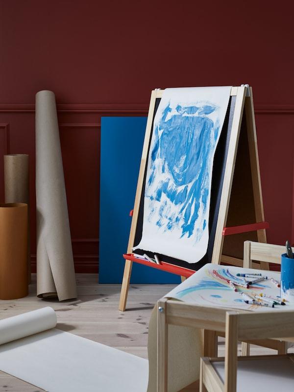 Egy szoba festési folyamat közben, MÅLA festőállvánnyal, vászonként MÅLA rajzpapír tekerccsel, kézműves kiegészítőkkel körülvéve.